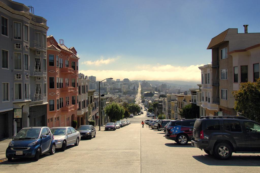 Kolejny widok ulicy, ciągnącej się niemal przez całe miasto.